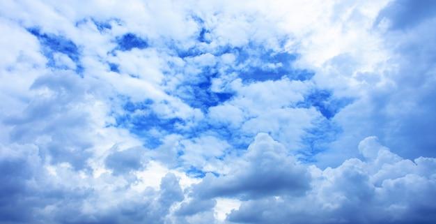 Ciel bleu et beau nuage en bonne journée Photo Premium