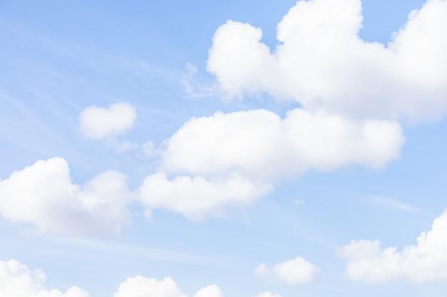 Ciel bleu et doux nuages blancs. fond de cloudscape naturel Photo Premium