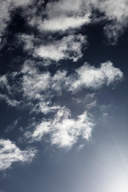 Ciel bleu avec gros plan de nuage Photo gratuit