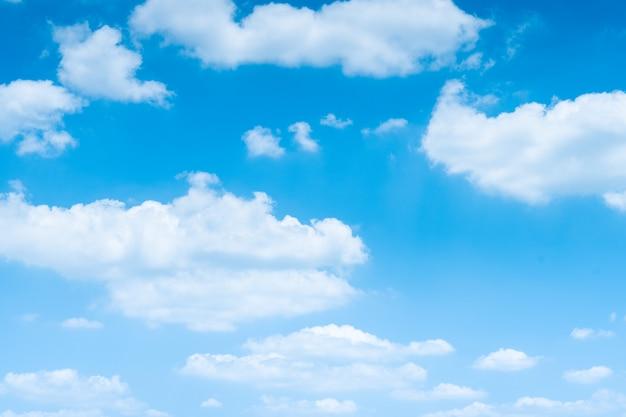 Le ciel bleu avec des nuages blancs en mouvement. Photo Premium