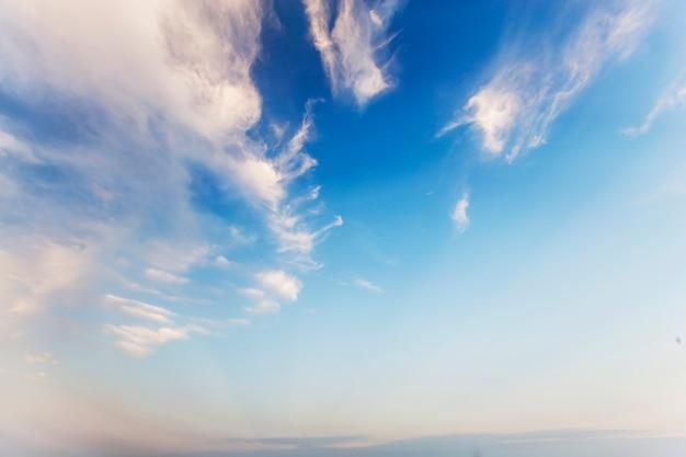 Ciel bleu et nuages blancs Photo gratuit