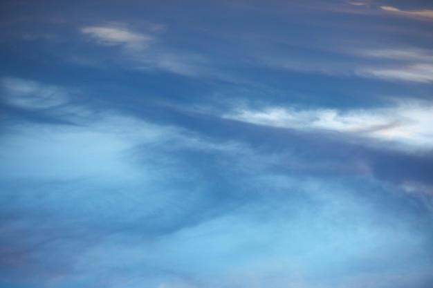 Ciel bleu avec des nuages de coton blanc Photo gratuit