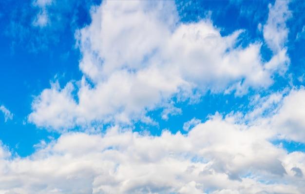 Ciel Bleu Avec Des Nuages Duveteux Telecharger Des Photos