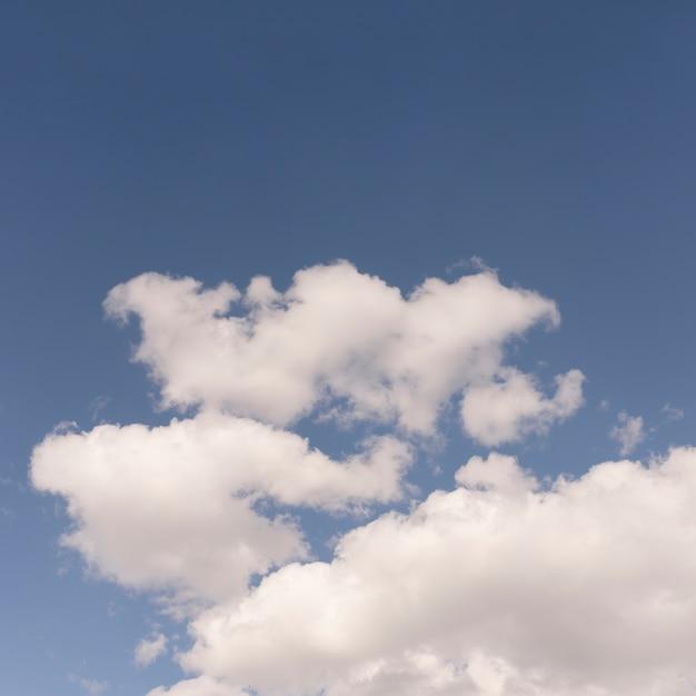 Ciel bleu avec des nuages moelleux Photo gratuit