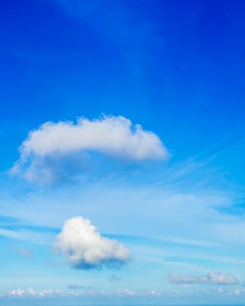 Ciel bleu et nuages moelleux Photo Premium
