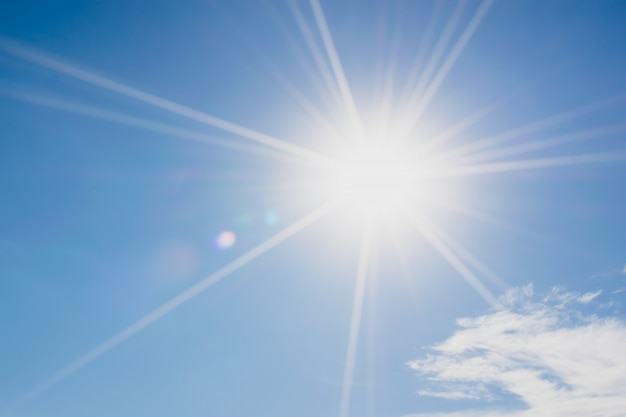 Ciel bleu avec nuages et reflet du soleil Photo Premium