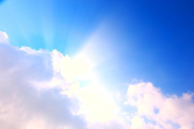 Ciel bleu avec nuages et soleil Photo Premium