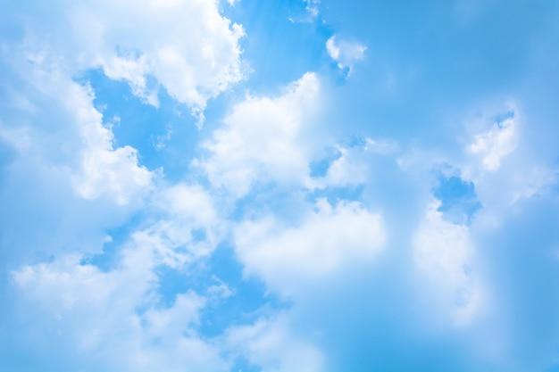 Ciel bleu avec des nuages Photo gratuit