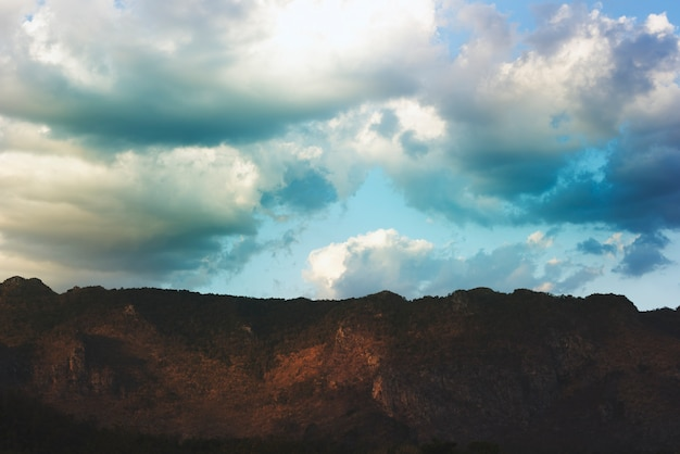 Ciel bleu nuageux beauytiful scène avec montagne Photo gratuit