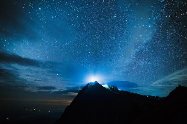 Ciel bleu nuit noire avec étoile voie lactée fond de l'espace Photo Premium