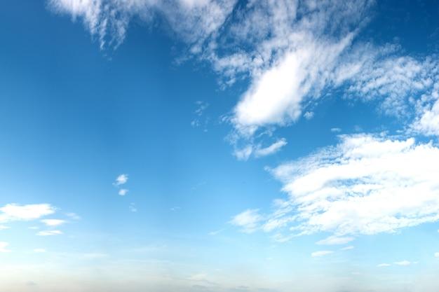 Ciel Bleu Avec Quelques Nuages En Ete Telecharger Des Photos
