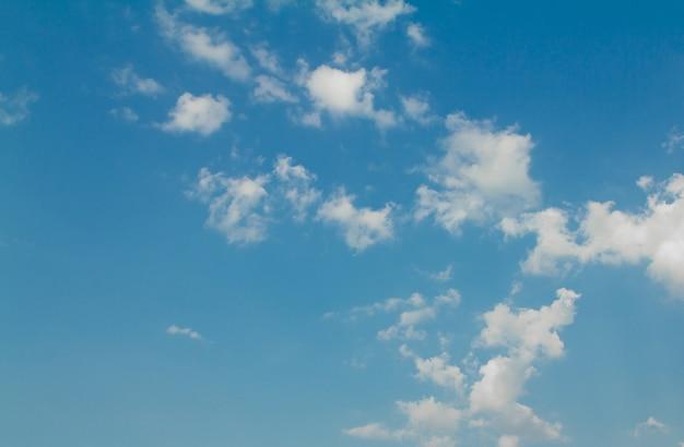 ciel bleu avec soleil et beaux nuages
