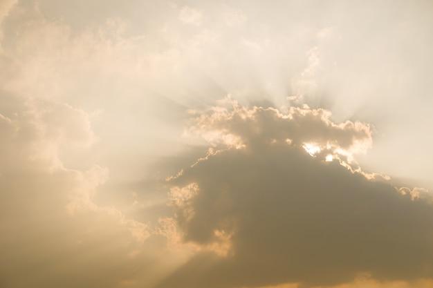 Ciel coucher de soleil dramatique avec des nuages Photo Premium