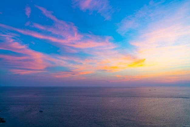 Ciel coucher de soleil magnifique crépuscule avec mer et océan Photo Premium
