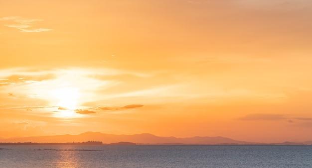 Ciel Coucher De Soleil Sur La Mer Dans La Soirée Avec La Lumière Du Soleil Colorée Et Le Coucher Du Soleil Photo Premium