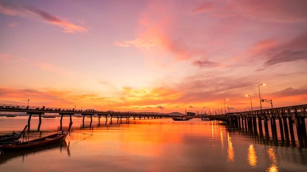 Ciel dramatique dans sunrise seascape nature view Photo Premium