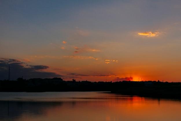 Ciel dramatique sur la mer idyllique au coucher du soleil Photo gratuit