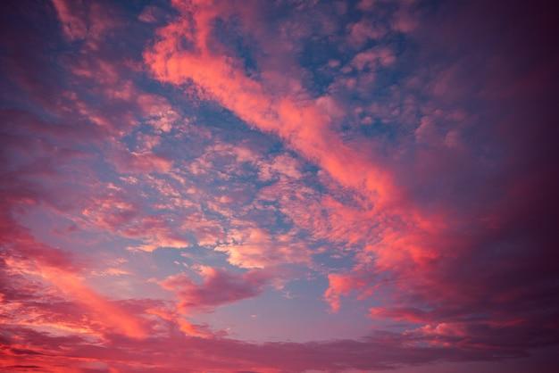 Ciel dramatique nuage rouge incroyable nuages colorés pourpres Photo Premium