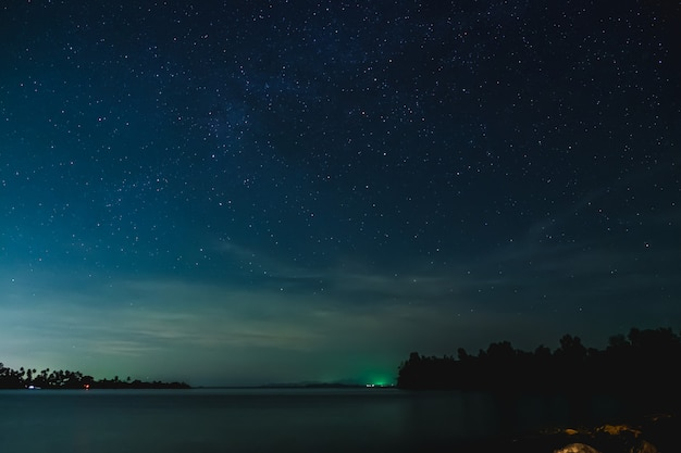 Le ciel étoilé et le paysage marin dans la nuit Photo Premium