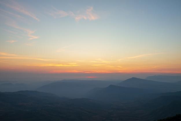Ciel, lumière de l'aube et montagne Photo Premium