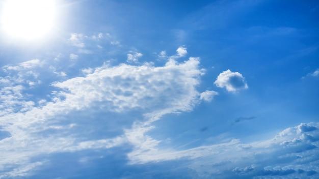 Ciel lumineux avec nuages et fond de soleil Photo gratuit