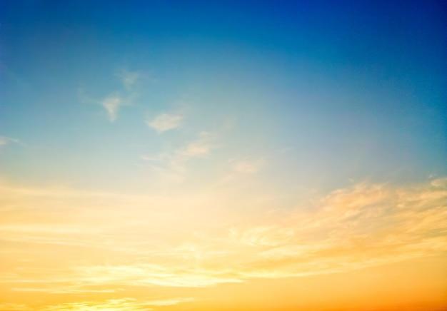 Ciel magnifique fond de coucher de soleil au crépuscule, scène colorée, incroyable image de paysage de nature Photo Premium
