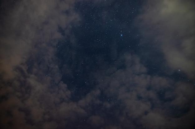 Ciel nuages étoiles la nuit Photo Premium
