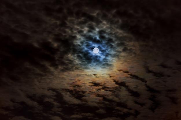 Ciel nuageux avec lune Photo Premium