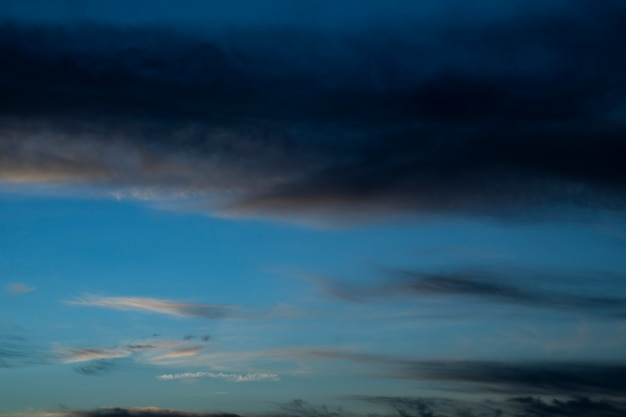 Ciel de nuit avec nuages et étoiles Photo gratuit