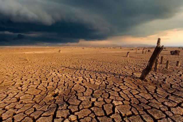 Ciel d'orage ciel nuages de pluie terre sèche craquelée Photo Premium