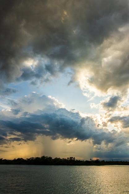 Ciel d'orage ciel nuages de pluie Photo Premium