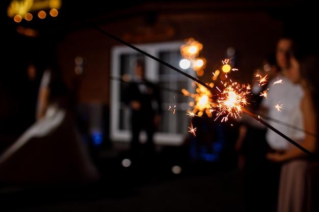 Cierge Magique Brûlant Sur Noir. Espace Pour Le Texte. Bonne Année Et Concept De Joyeux Noël. Joyeuses Fêtes. Mise Au Point Sélective Photo Premium