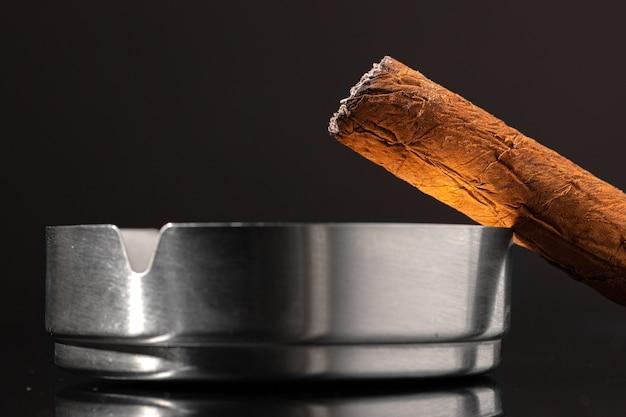 Cigare Brûlant Sur Fond Noir Close Up Photo Premium