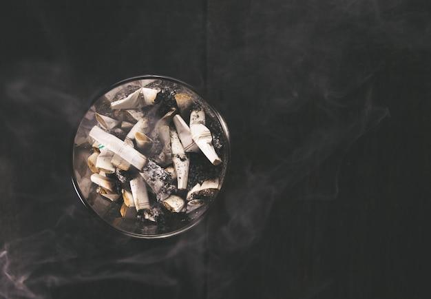 Cigarette avec cendrier sur table en bois. vide prêt pour l'affichage ou le montage de votre produit. Photo Premium