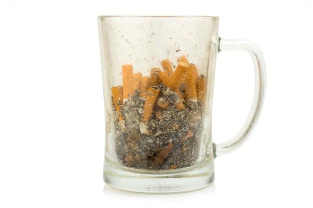 Cigarette cendrier verre à eau isolé sur fond blanc Photo Premium