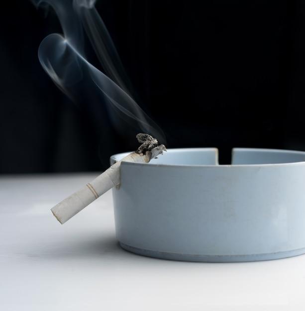 Cigarette dans cendrier Photo Premium