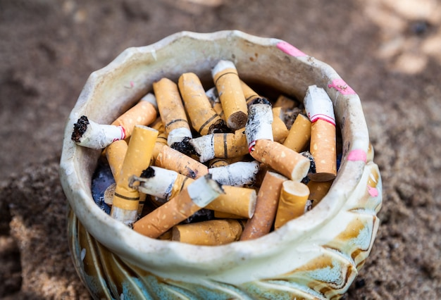 Cigarette dans le cendrier Photo Premium
