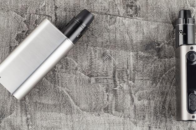 Cigarette électronique moderne sur un fond de béton. Photo Premium
