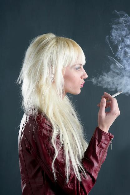 Cigarette fumer blonde jeune mode fille fond grunge Photo Premium