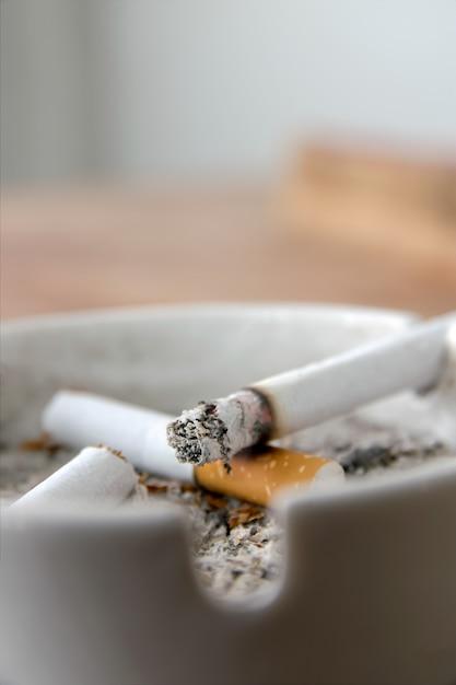 Cigarettes dans un cendrier Photo Premium
