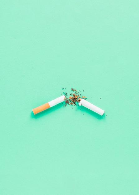 Cigarrete cassé vue de dessus Photo gratuit