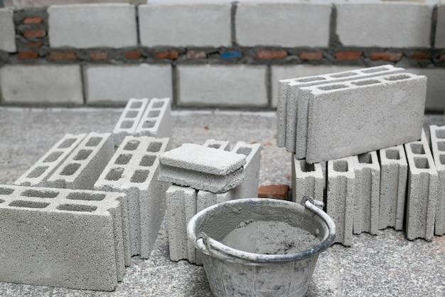Ciment Ou Mortier, Poudre De Ciment Avec Une Truelle Posée Sur La Brique Lors Des Travaux De Construction. Photo Premium