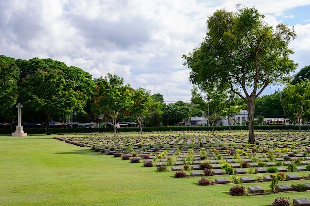 Cimetière de guerre de kanchanaburi (don rak), seconde guerre mondiale, près du chemin de fer de la mort, dans la province de kanchanaburi, en thaïlande Photo Premium