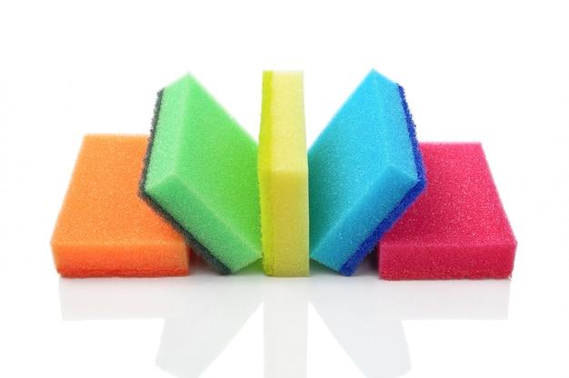 Cinq éponges De Cuisine Multicolores Pour Le Lavage Des Articles Sur Un Fond Blanc Photo Premium