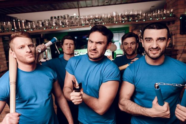 Cinq hooligans de sports agressifs au bar Photo Premium