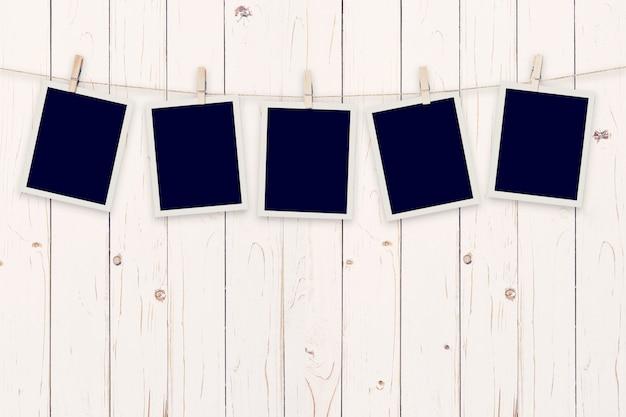 Cinq photo instantanée sur fond de bois Photo Premium