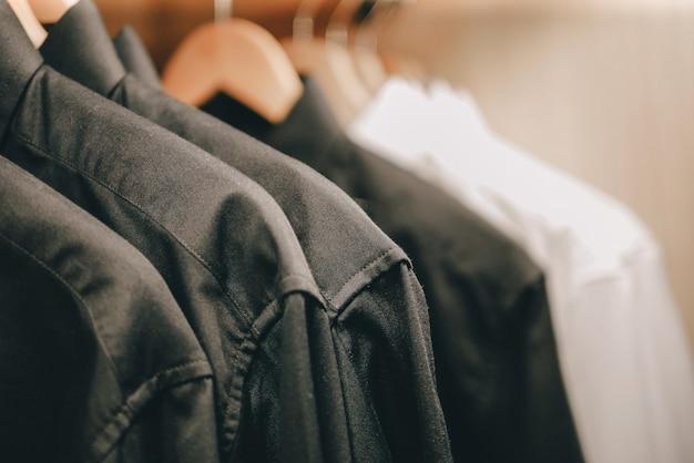 Cintre avec chemises d'homme Photo Premium