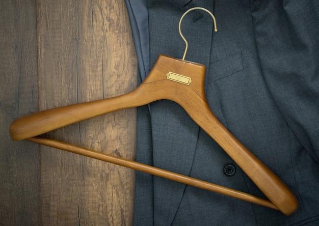 Cintre avec costume sur le concept d'entreprise de planche de bois buanderie. Photo Premium