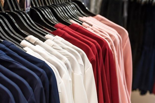 Cintre en tissu coloré. Photo Premium