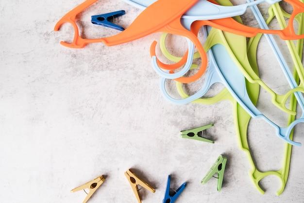 Cintres colorés avec crochets Photo gratuit